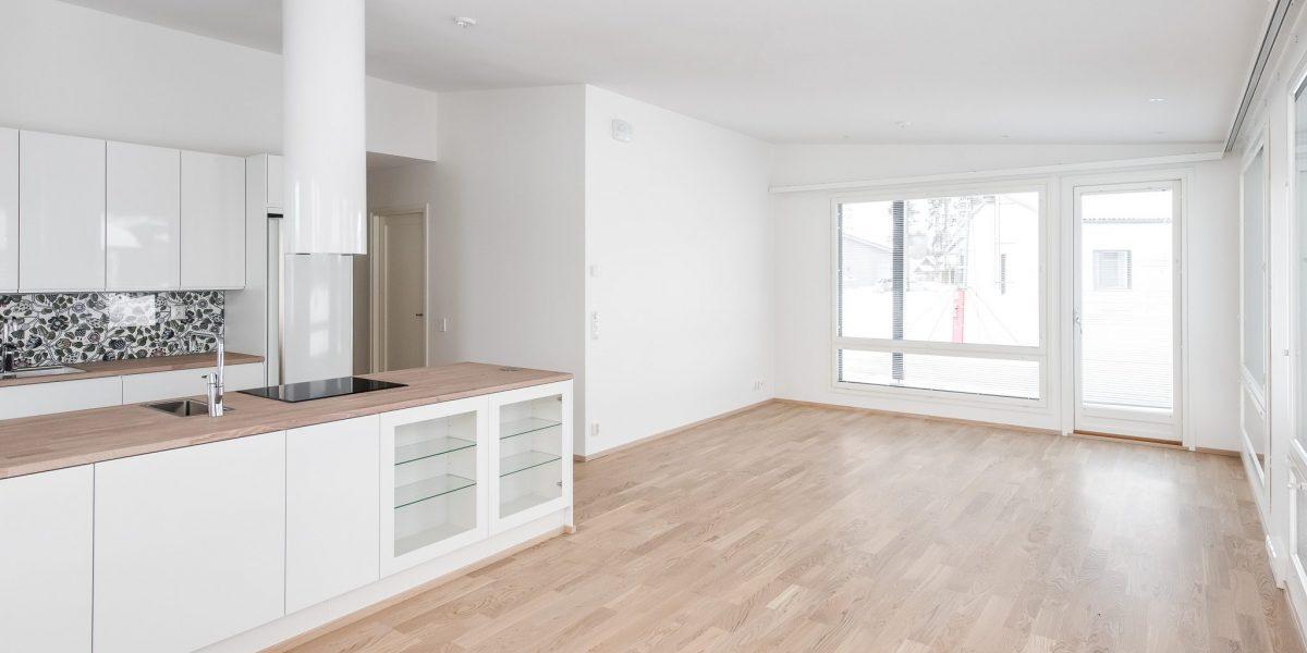 Myytävien asuntojen lattian sävy on vaalea, mikä antaa lisää tilantuntua koko huoneistoon