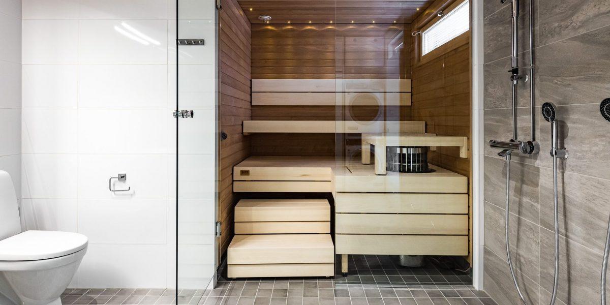 Uudiskohteen sauna on kompakti ja tilaa on hyvin parille kylpijälle